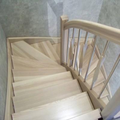 Лестница на тетиве , массив ясеня , выбеленный