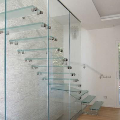 консольная лестница со стеклянными ступенями Wall Glass