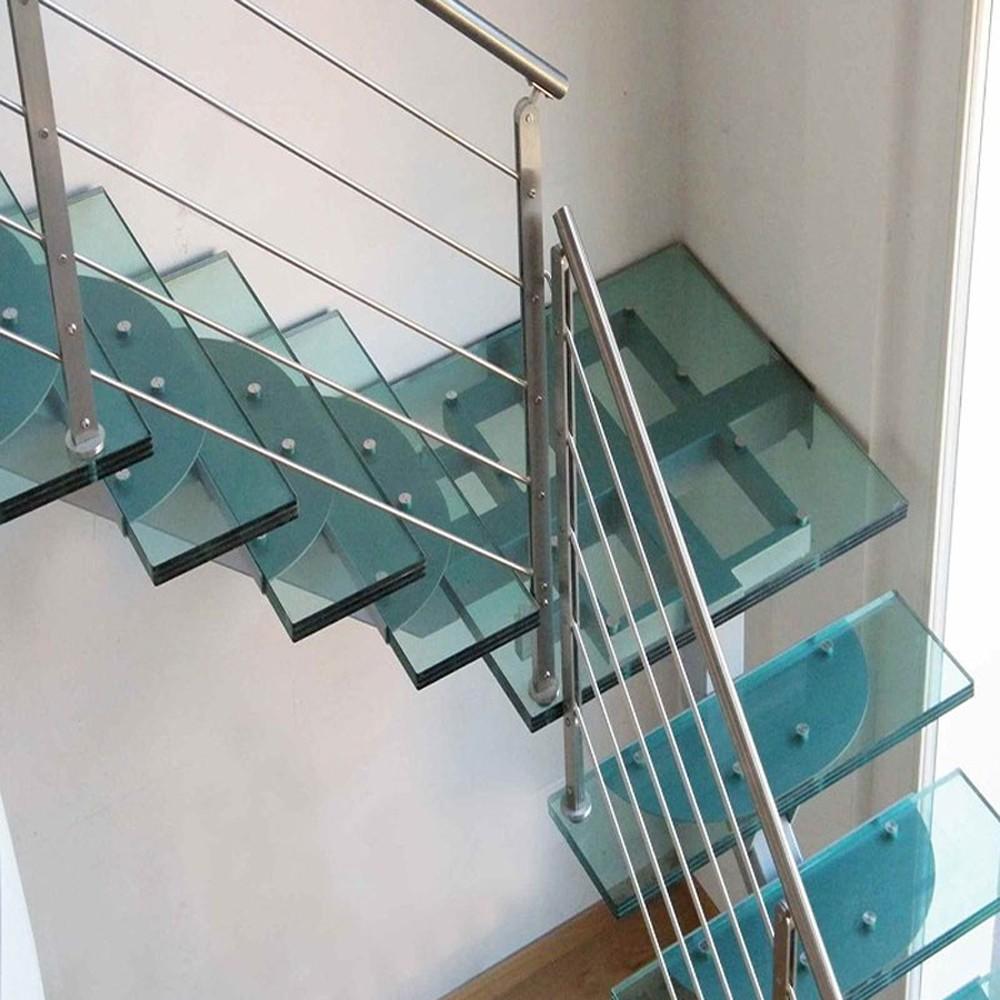 Итальянская лестница со ступенями из стекла