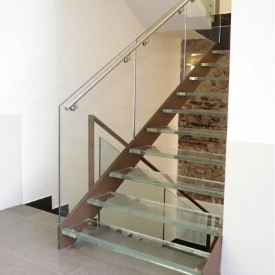 лестница со стеклянным  ограждением  и ступенями Thema double