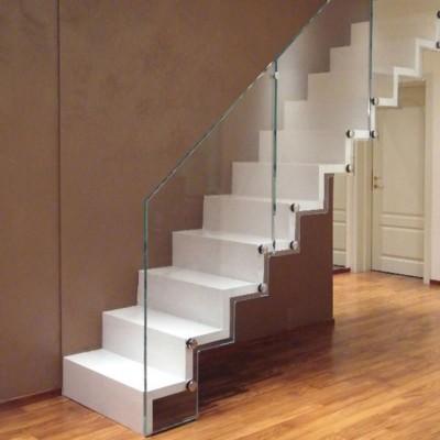 консольная лестница с ограждением из стекла