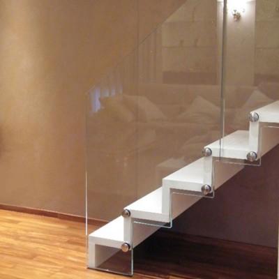 консольная лестница со стеклянным ограждениема