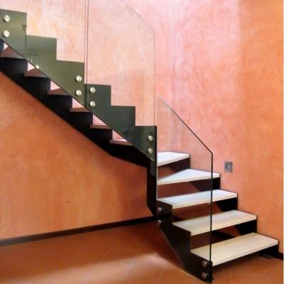 лестница на металлических и ограждением из стекла