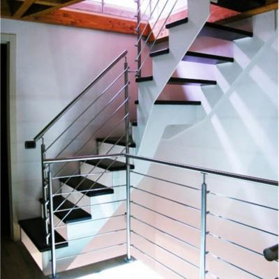 лестница на металлических и ограждением из нержавеющей стали