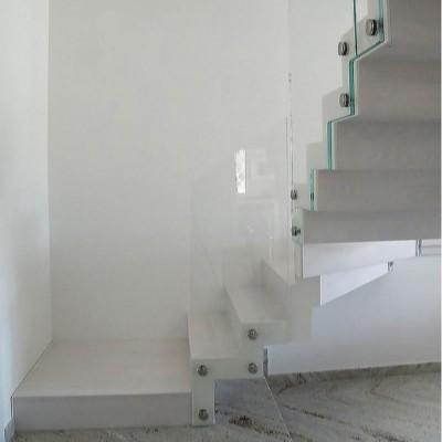 лестница на металлических косоурах и стеклянным ограждением.