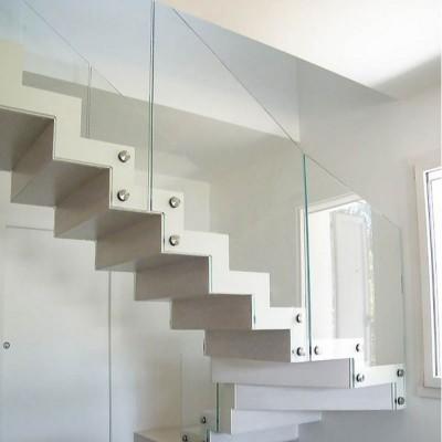 лестница на металлических косоурах с подступёнками и ограждением из стекла