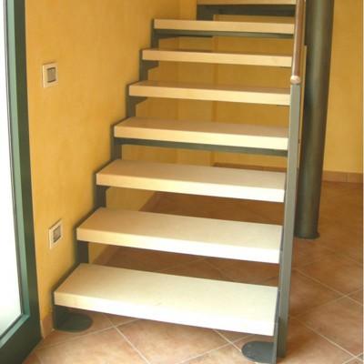 лестница на косоурах со ступенями из камня Laser 2 marmo