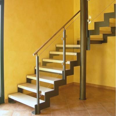 лестница на косоурах со ступенями из камня и стеклянным ограждением