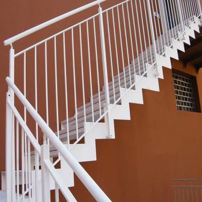 лестница на косоурах оцинкованная