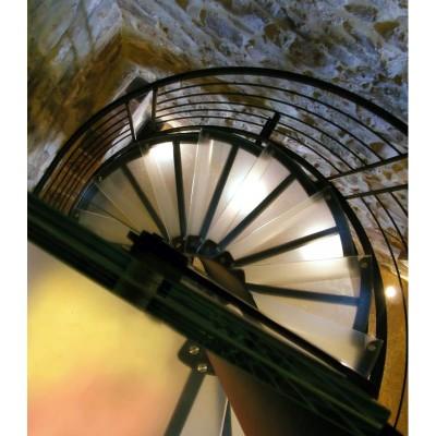 лестница со ступенями из стекла