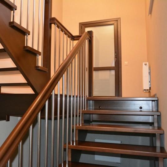 Лестницы из  массива ценных пород дерева -  бук, дуб, ясень.